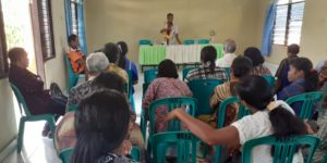 kepala BPBD saat memberikan sosialisasi kebencanaan di Kecamatan Kota Waingapu